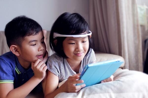 Children Playing with Neeuro Memorie + Senzeband-600x400
