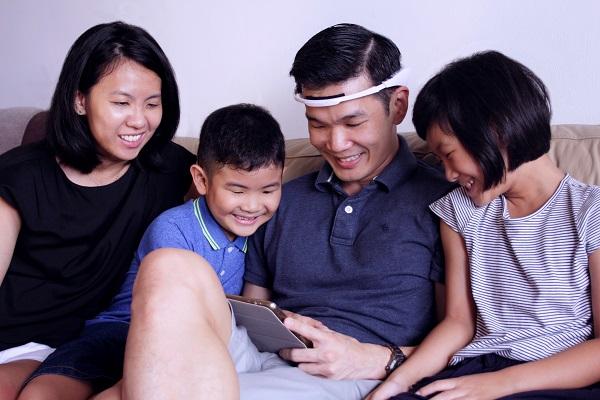 The Family Playing Neeuro Memorie + SenzeBand-600x400